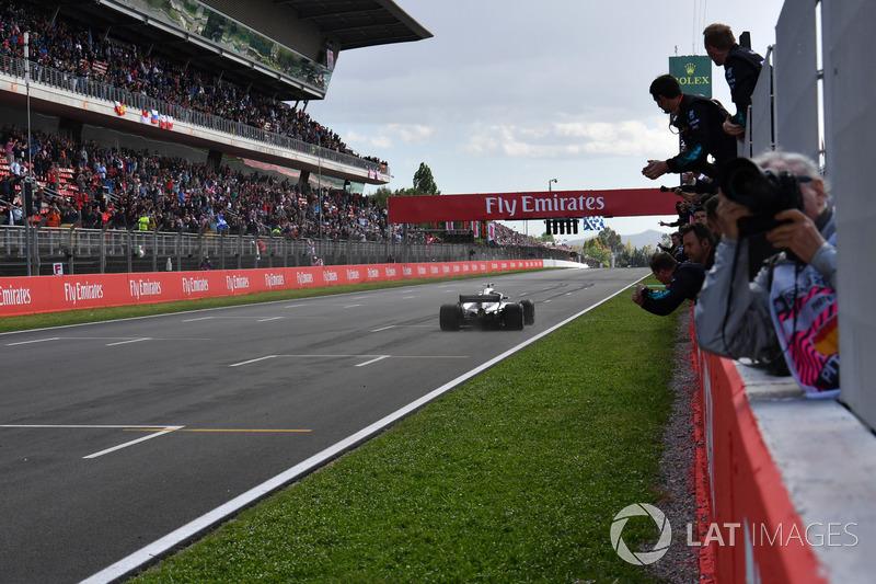 Il vincitore della gara Lewis Hamilton, Mercedes-AMG F1 W09, taglia il traguardo