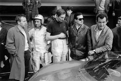 De Ferrari-coureurs in de pits: John Surtees, Willy Mairesse, Michael Parkes, Lorenzo Bandini and Ludovico Scarfiotti
