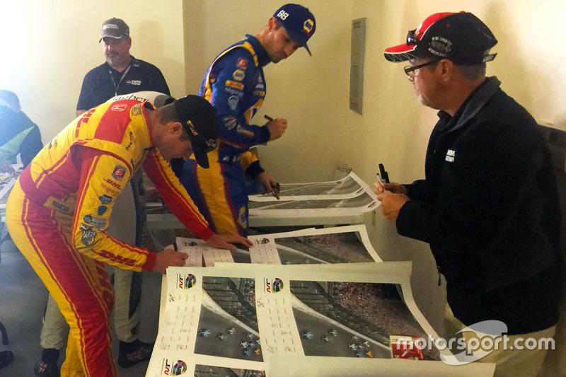 Los pilotos firman cartel de Justin Wilson