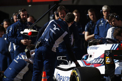 Сотрудники команды Williams и Лэнс Стролл, FW40