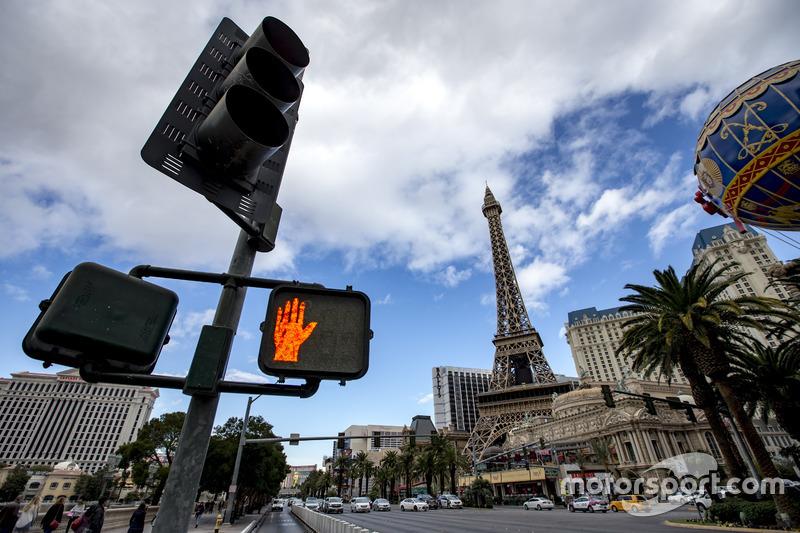 Ambiente de las Vegas Strip, incluyendo torre de Eiffel de réplica y el globo en el hotel Paris Las