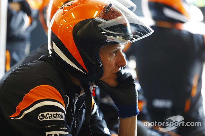 Команда McLaren у боксах
