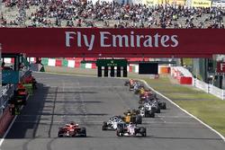Romain Grosjean, Haas F1 Team VF-17 ed Esteban Ocon, Sahara Force India VJM10 lottano per la posizione