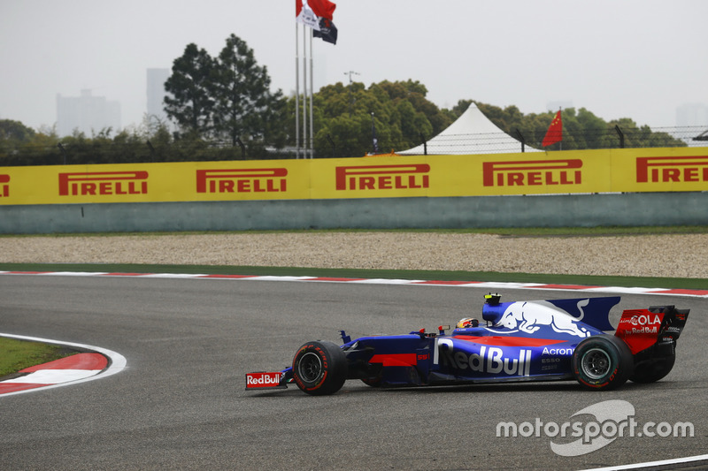 Carlos Sainz Jr., Scuderia Toro Rosso STR12 ile iki kez spin atıyor