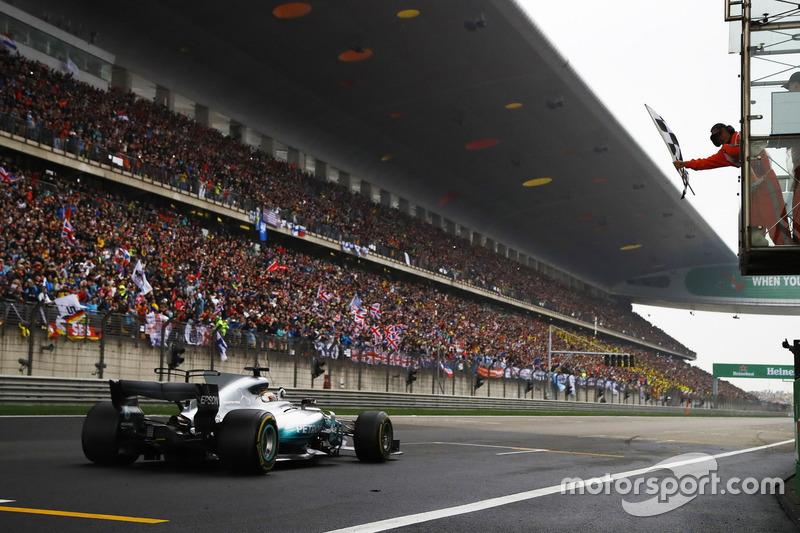 Lewis Hamilton, Mercedes AMG F1 W08, fährt über die Ziellinie