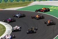 Daniel Ricciardo, Red Bull Racing, va largo, mentre Lewis Hamilton, Mercedes AMG F1 W08, Carlos Sainz Jr., Scuderia Toro Rosso STR12, Fernando Alonso, McLaren MCL32, Stoffel Vandoorne, McLaren, Jolyon Palmer, Renault Sport F1 Team, Sergio Perez, Sahara Force India F1 VJM10 ed Esteban Ocon, Sahara Force India F1 VJM10 sopraggiungono