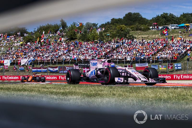 Sergio Perez, Sahara Force India F1 VJM10, Stoffel Vandoorne, McLaren MCL32