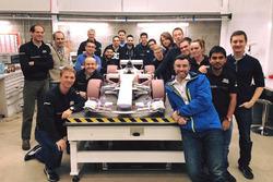 L'équipe Manor autour du modèle de soufflerie