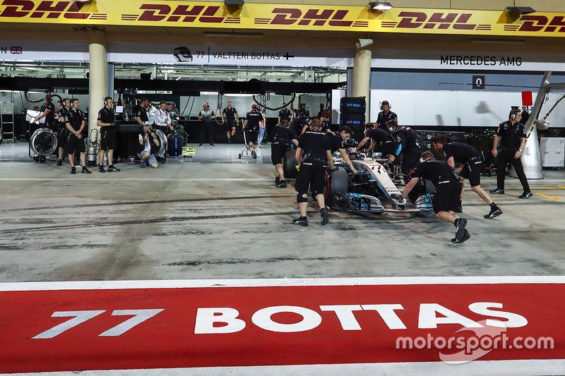 Valtteri Bottas, Mercedes AMG F1 W08, regresa a pits