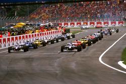 LA parrilla se forma para el  inicio Jacques Villeneuve, Williams FW19 Renault y Heinz-Harald Frentzen, Williams FW19 Renault, en la primera fila