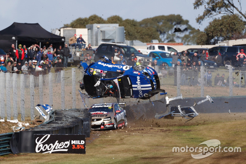 Choque de Todd Hazelwood, Brad Jones Racing Holden