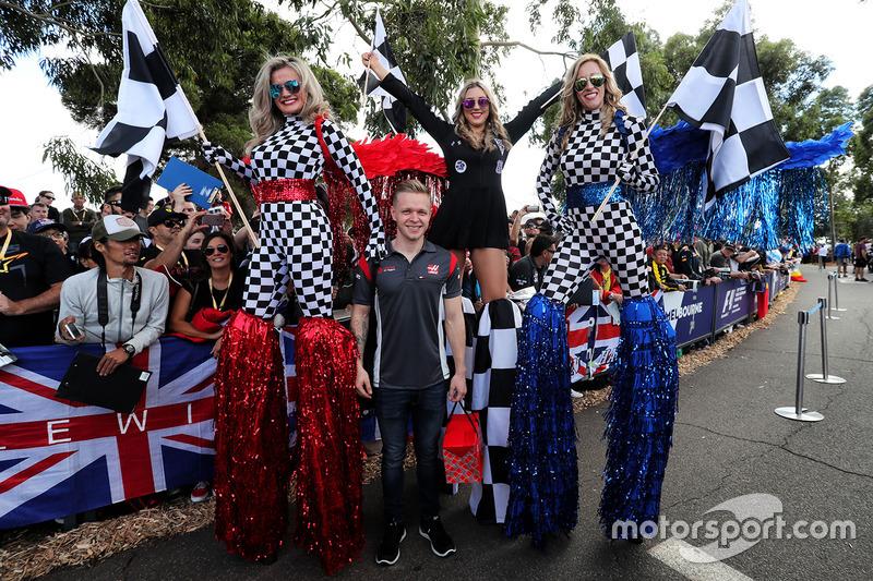Kevin Magnussen, Haas F1 Team, mit Girls