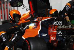 Fernando Alonso, McLaren MCL32, au stand