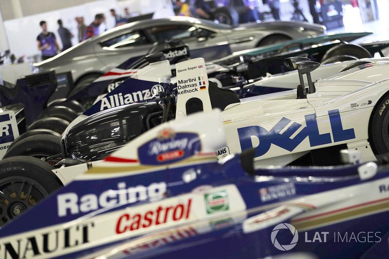 Klasik Williams F1 araçları ve 1999 BMW Le Mans galibi