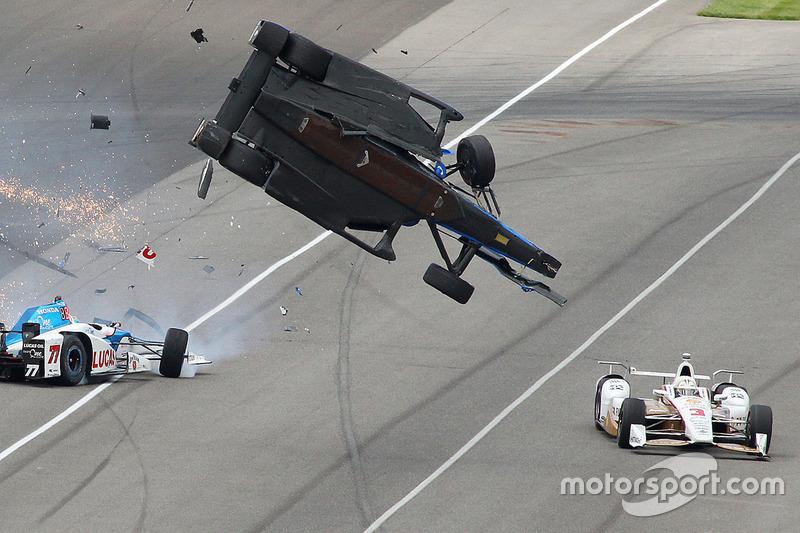 Choque de Scott Dixon, Chip Ganassi Racing Honda, Jay Howard, Schmidt Peterson Motorsports Honda, Helio Castroneves, Team Penske Chevrolet evita la desgracia
