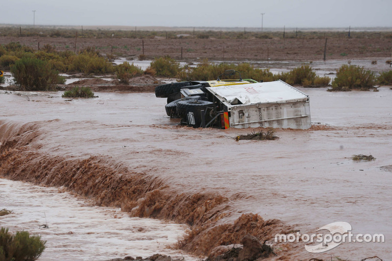 Un camión de asistencia Boucou quedó atrapado en un río...