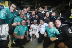 Переможець гонки Льюїс Хемілтон, Mercedes AMG F1 святкує разом із командою