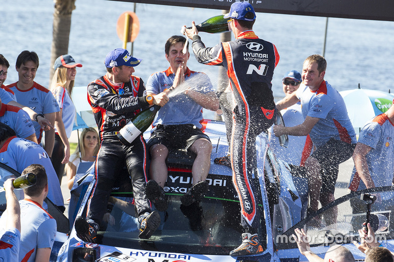 Podium: winners Thierry Neuville, Nicolas Gilsoul, Hyundai i20 WRC, Hyundai Motorsport