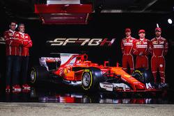 Гонщики Ferrari Кими Райкконен и Себастьян Феттель и руководитель команды Ferrari Маурицио Арривабене