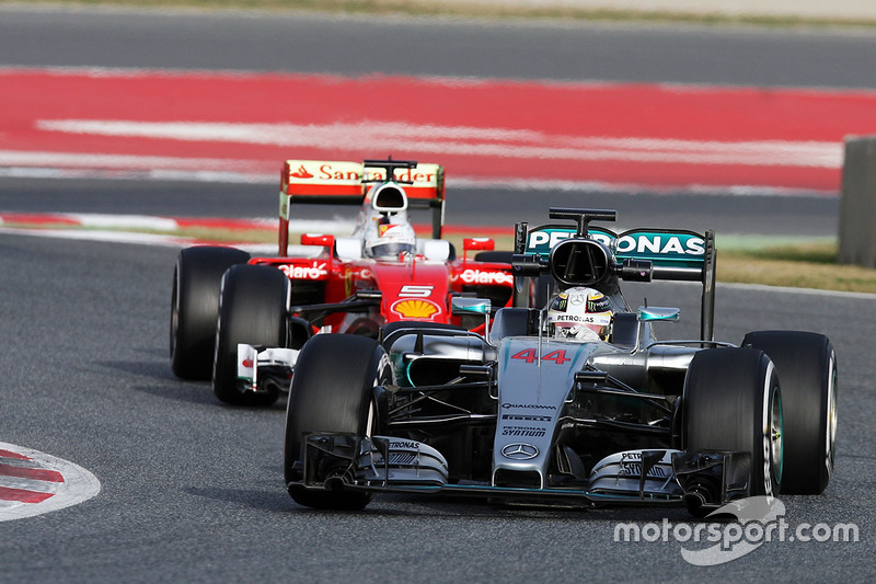 Lewis Hamilton, Mercedes AMG F1 W07 Hybrid vor Sebastian Vettel, Ferrari SF16-H