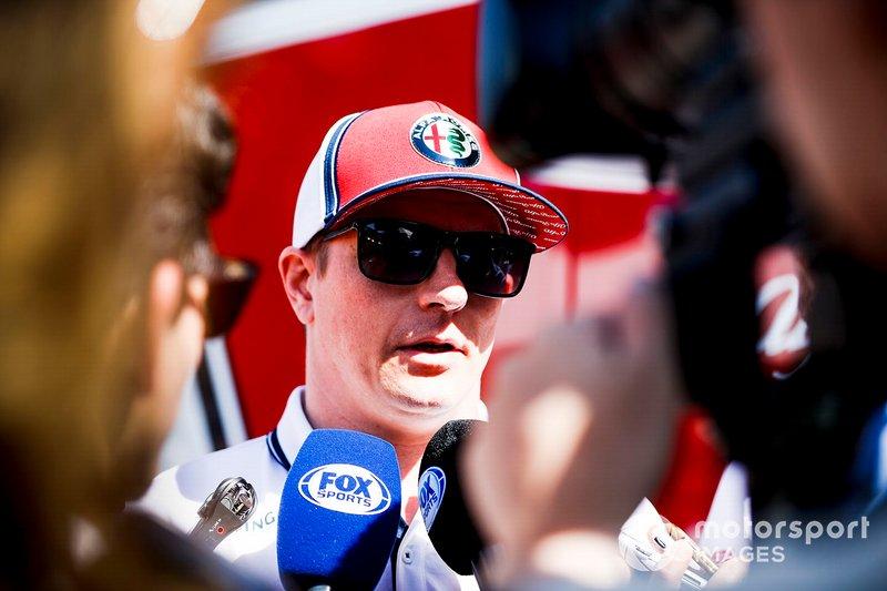 Kimi Raikkonen, Alfa Romeo Racing, parla con media