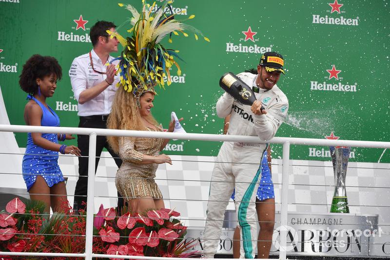 Il vincitore della gara Lewis Hamilton, Mercedes AMG F1, festeggia sul podio con Andy Shovlin, Chief Engineer Mercedes-AMG F1, le ballerine di Samba e lo champagne