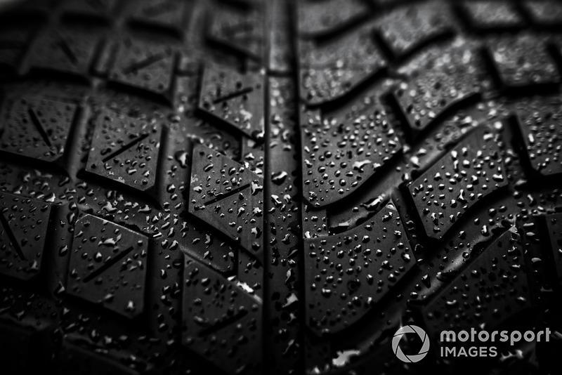 Vue détaillée d'un pneu pluie