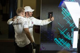 Lewis Hamilton, Mercedes AMG F1 selfie in Parc Ferme