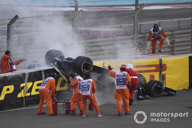 L'équipe médicale et les commissaires viennent en aident à Nico Hulkenberg, Renault Sport F1 Team R.S. 18 après son accident du premier tour