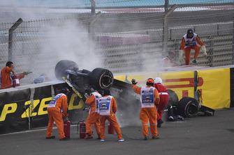 Los médicos y oficiales asisten a Nico Hulkenberg, Renault Sport F1 Team R.S. 18 que se estrelló y volcó en la primera vuelta