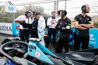 Stoffel Vandoorne, HWA Racelab habla con su ingeniero en la parrilla