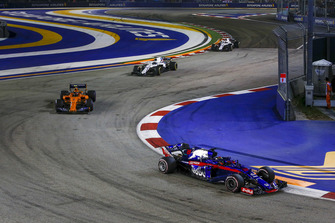 Brendon Hartley, Scuderia Toro Rosso STR13 and Stoffel Vandoorne, McLaren MCL33
