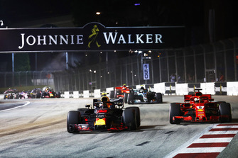 Max Verstappen, Red Bull Racing RB14 ve Sebastian Vettel, Ferrari SF71H, startta