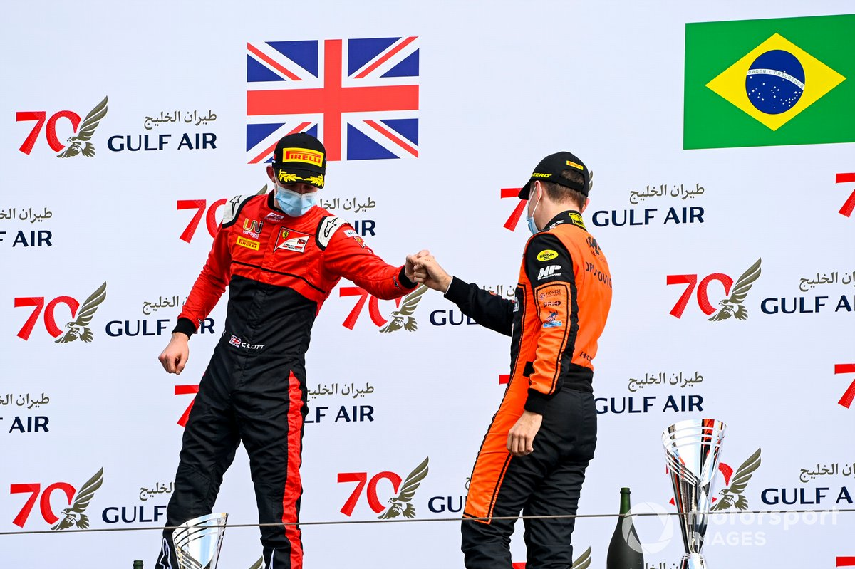 Callum Ilott, UNI-Virtuosi and juara Feature Race F2, Felipe Drugovich, MP Motorsport merayakan podium