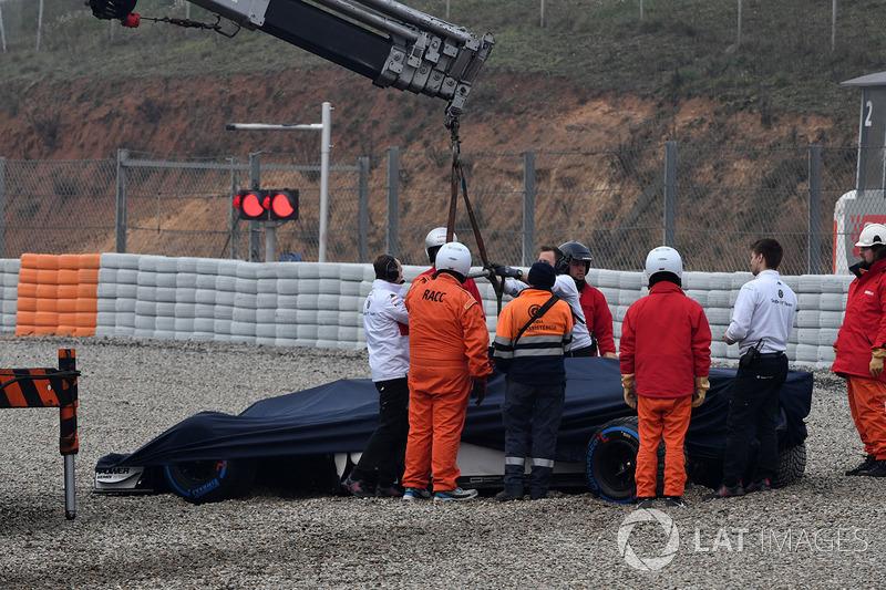 La monoposto di Marcus Ericsson, Alfa Romeo Sauber C37 viene rimossa dalla ghiaia