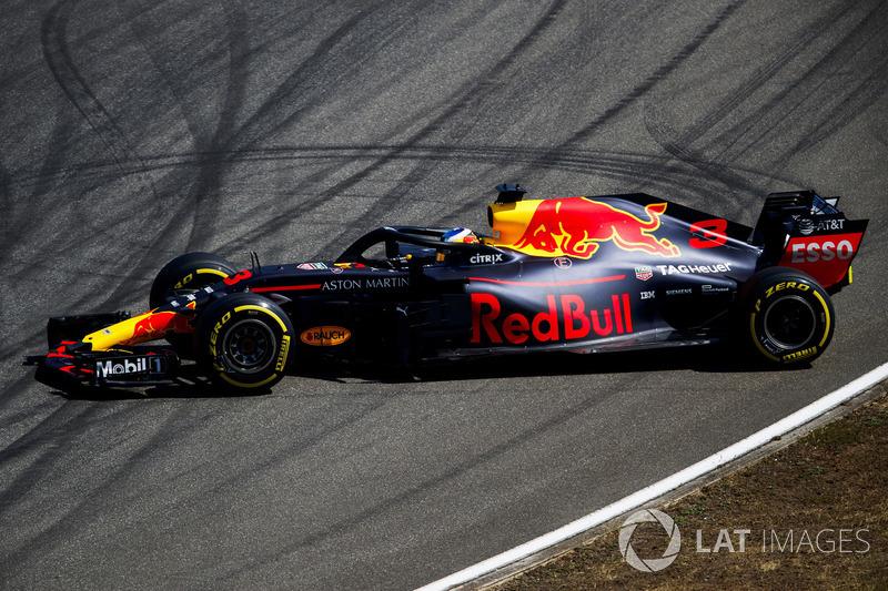 Daniel Ricciardo, Red Bull Racing RB14, spins during practice