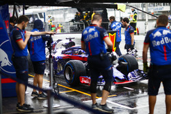 Brendon Hartley, Toro Rosso STR13 Honda, si ferma al box