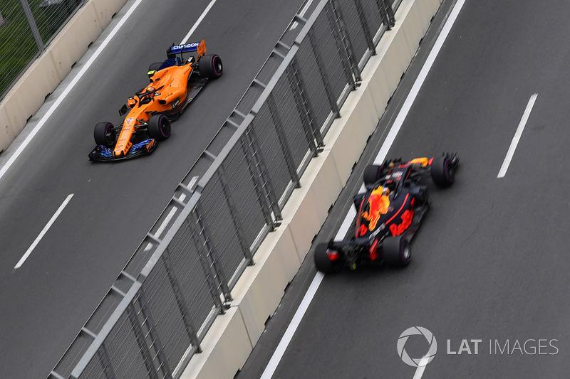Stoffel Vandoorne, McLaren MCL33 ve Daniel Ricciardo, Red Bull Racing RB14