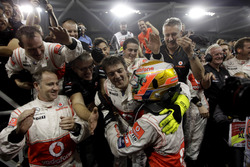 Ganador de la carrera Lewis Hamilton, McLaren MP4-26 celebra