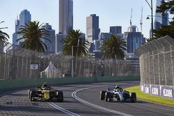 Valtteri Bottas, Mercedes AMG F1 W09, passe Carlos Sainz Jr., Renault Sport F1 Team R.S. 18