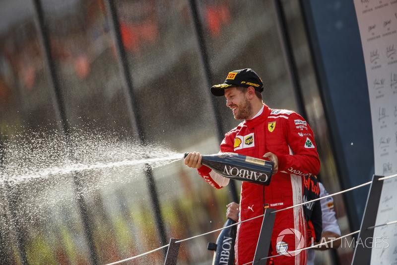 Sebastian Vettel, Ferrari, troisième, avec le champagne sur le podium