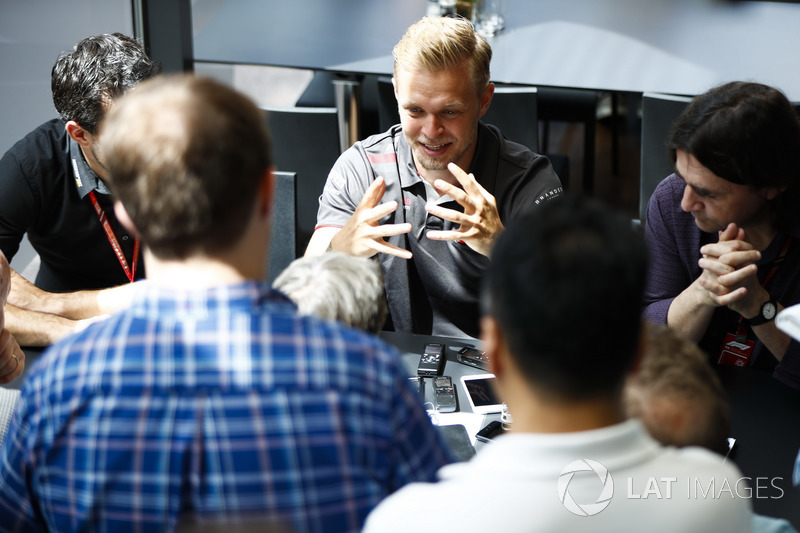 Kevin Magnussen, Haas F1 Team, viene intervistato dai media