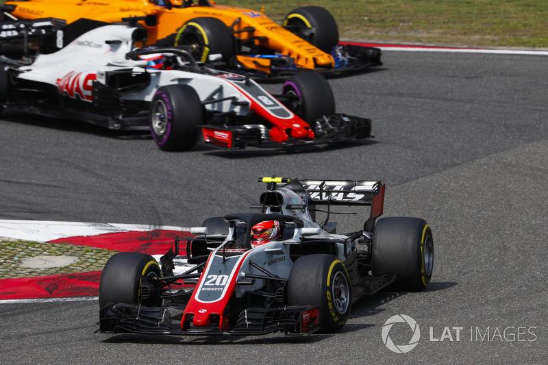 Kevin Magnussen, Haas F1 Team VF-18 Ferrari, Romain Grosjean, Haas F1 Team VF-18 Ferrari,y Fernando Alonso, McLaren MCL33 Renault