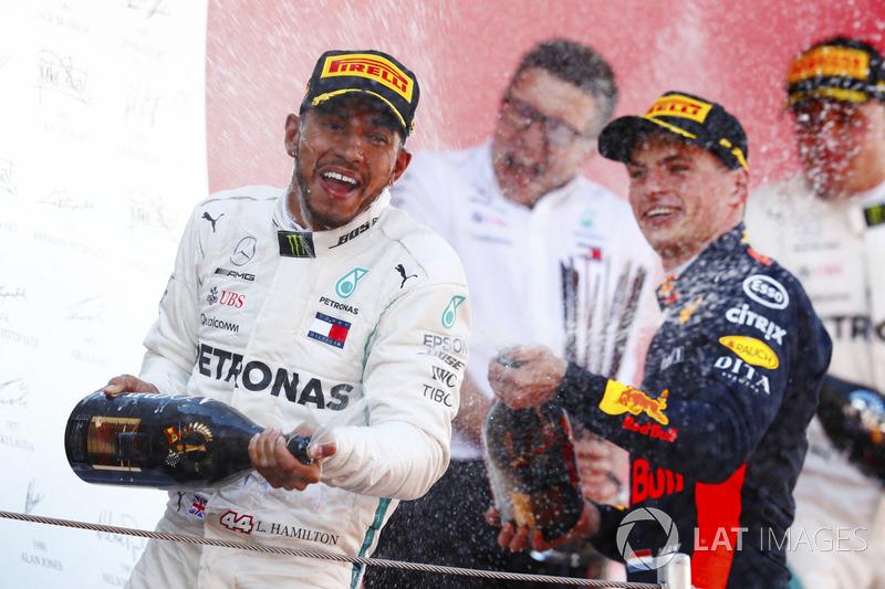 Победитель Льюис Хэмилтон, Mercedes AMG F1, и обладатель третьего места Макс Ферстаппен, Red Bull Racing