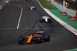 Fernando Alonso, McLaren MCL33, Lance Stroll, Williams FW41