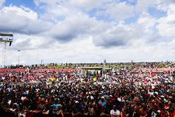 La folla attorno al palco