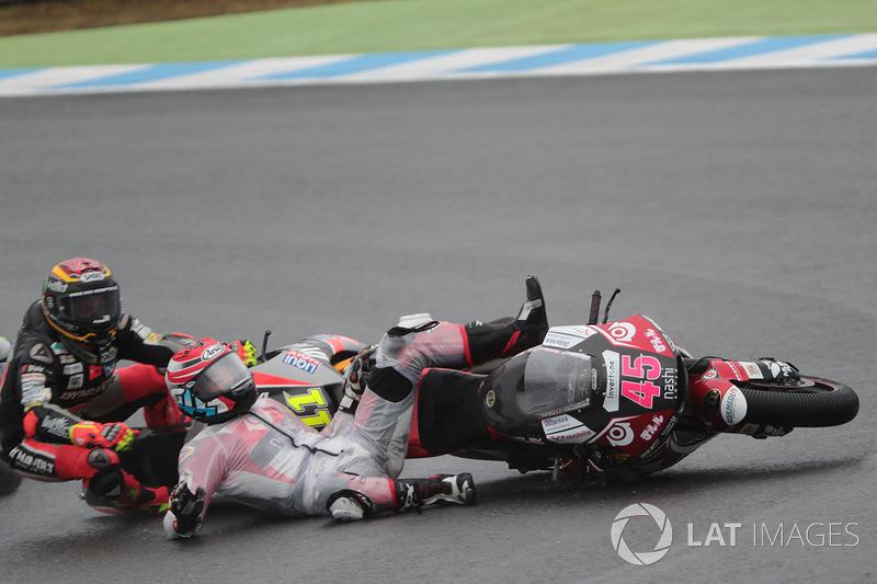 Accidente de Tetsuta Nagashima, SAG Racing Team delante de Sandro Cortese, Dynavolt Intact GP
