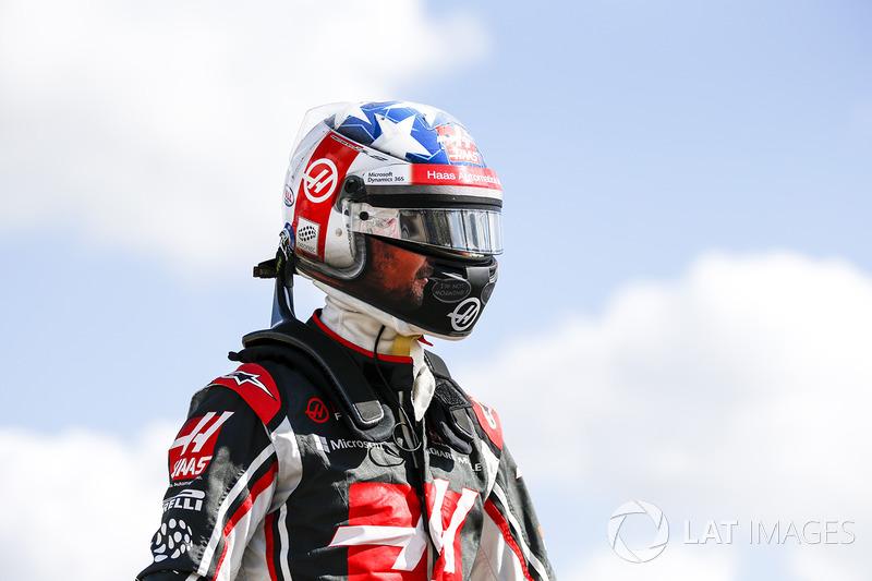 Romain Grosjean, Haas F1 Team, se aleja de su coche después de girar durante la práctica