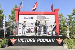 #33 Riley Motorsports Mercedes AMG GT3, GTD: Jeroen Bleekemolen, Ben Keating celebra en Victory Lane #14 3GT Racing Lexus RCF GT3, GTD: Dominik Baumann, Kyle Marcelli, #44 Magnus Racing Audi R8 LMS GT3, GTD: John Potter, Andy Lally
