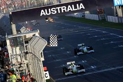 Drapeau à damier pour Jenson Button, Brawn Grand Prix BGP 001 et Rubens Barrichello, Brawn Grand Prix BGP 001